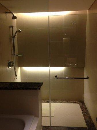 Padma Resort Legian: delux chalet shower