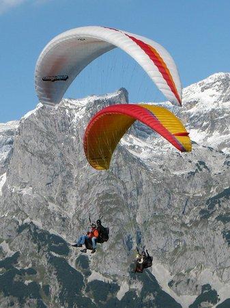 Werfenweng, Austria: Tandemparagleiten mit dem Tennengebirge im Hintergrund