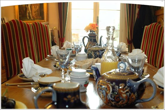 La Maison de l'Argentier du Roy : breakfast dishes refined with local 19th century pieces