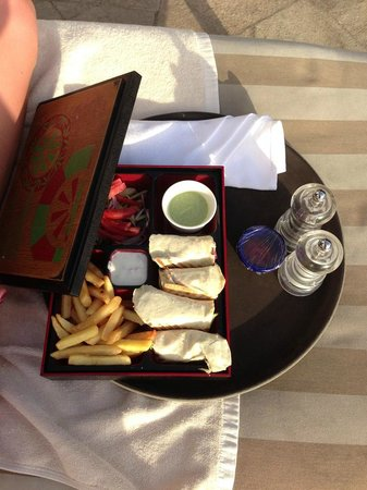 Ramada Jumeirah: Бенто-ланч на бассейне за 35 дирхам