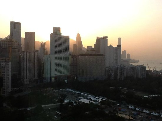 Metropark Hotel Causeway Bay Hong Kong: Evening sun, view from our room.