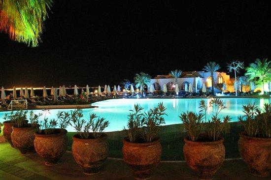 El Wekala Golf Resort: Hotel wieczorem