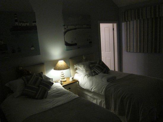 Dulas Bay B&B: twin bedroom
