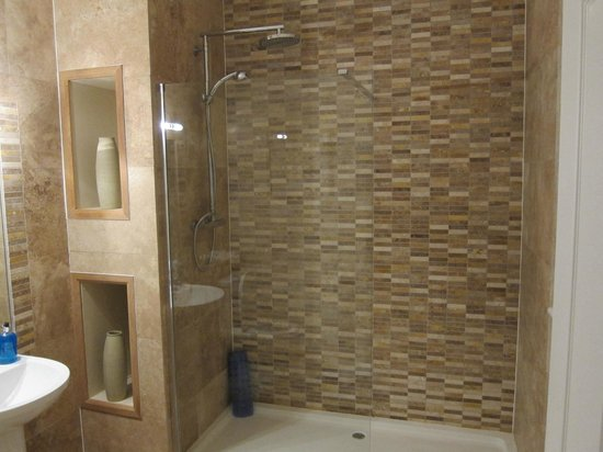 Dulas Bay B&B: Walk in shower in twin bedroom ensuite