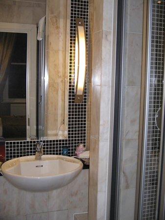 โรงแรมแกรนจ์ แลงแฮม คอร์ท: Compact Bathroom