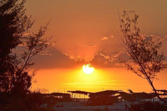 Antsanitia Resort: coucher de soleil depuis notre bungalow