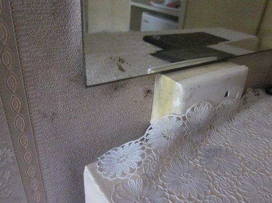 Nasa Vegas Hotel: verdreckte Wand und Möbel