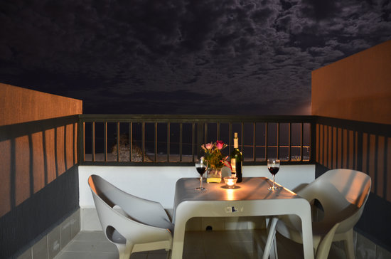 Hotel La Familia: Terrace during a spring night