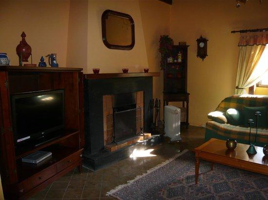 Casa El Zumacal: Wohnzimmer Kamin und TV