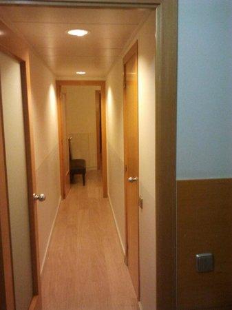 Atica Apartamentos: Сorridor