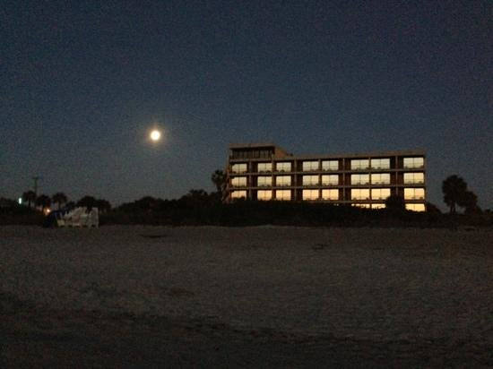 La Quinta Inn & Suites Cocoa Beach Oceanfront: Full Moon with the sunrise just coming up