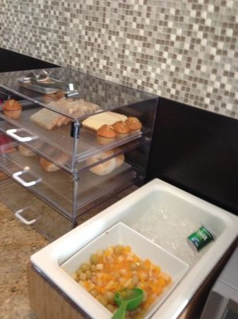 La Quinta Inn & Suites Marshall: 45 minutes left to go and items running low on breakfast buffet