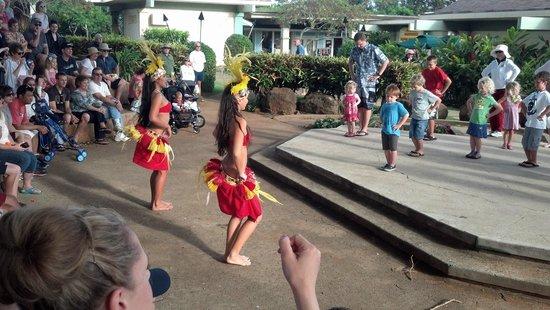 Kiahuna Plantation Resort: Polynesian show across from Castle Fun!!