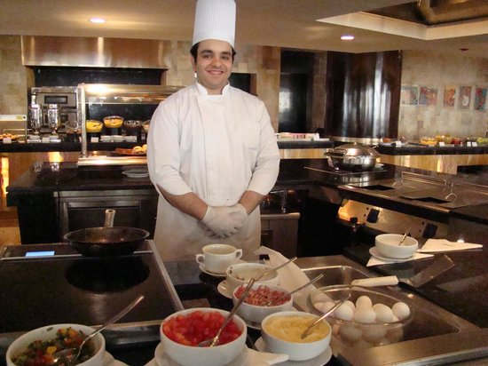 Le Meridien Pyramids Hotel & Spa: This amazing chef makes great omelets the way you want it. Best of all he gives service with a s