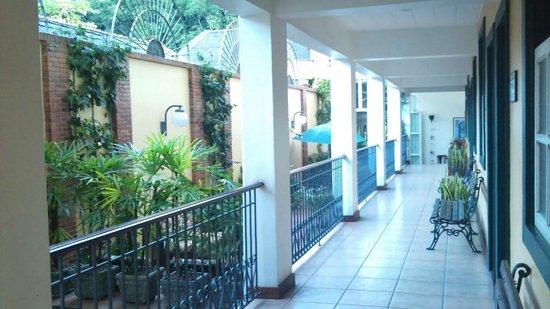 Casa Do Manequinho Hotel: corredor para chegada aos quartos