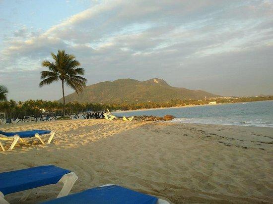 Grand Paradise Playa Dorada: vue sur la montagne au levé du soleil