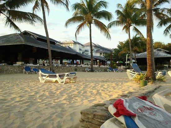 Grand Paradise Playa Dorada: de la chaise de plage vers le resto buffet+bar+resto Eden