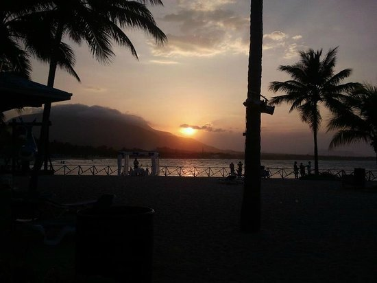 Grand Paradise Playa Dorada: coucher du soleil..sur la montagne