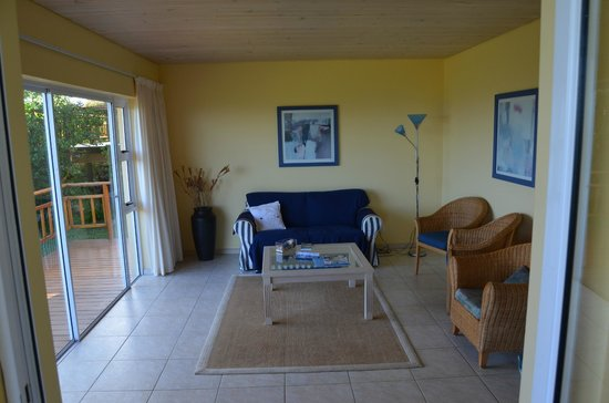 Cintsa Lodge: Chalet Luca , Livingroom with german TV-Programm