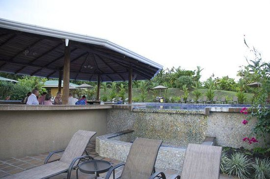 Arenal Manoa Hotel: Bar and lounging area at the main pool