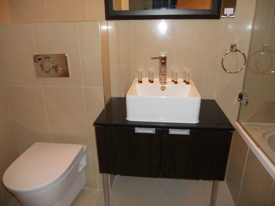 Cromwell Crown Hotel: Bathroom in 203 - Superior Quad