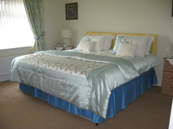 Rowland House : No 2  Bedroom en-suite can also be a TWIN room