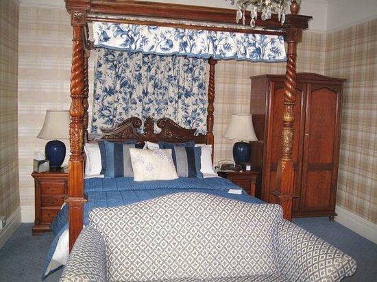 The Bear Hotel: Bedroom