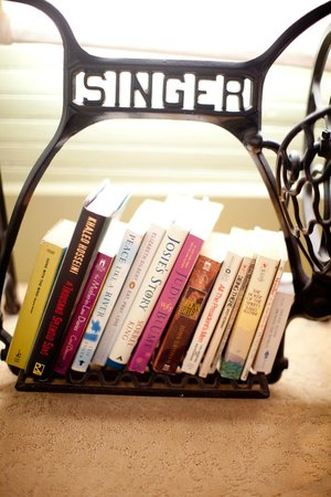 Leathers-Snyder Inn Bed and Breakfast: Good reads, good sleep.