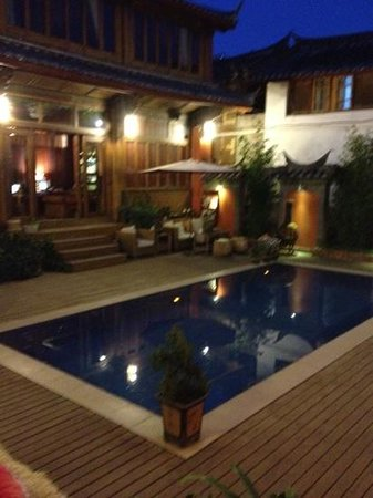 Wuer Inn : the pool at night time