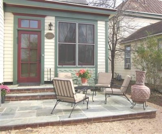 Leathers-Snyder Inn Bed and Breakfast: Hang out on the patio.