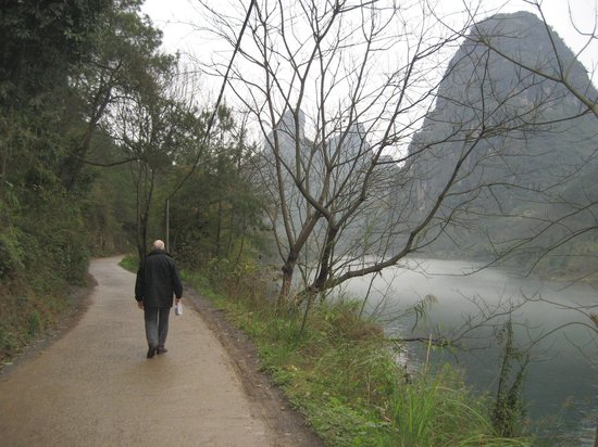 Li River Resort: On the road to the hotel - A pleasant & interesting walk