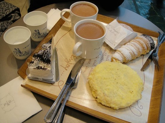 Paris Baguette Busan Nampo: HOT CHOCO WITH YUMMY CHEESEBREAD