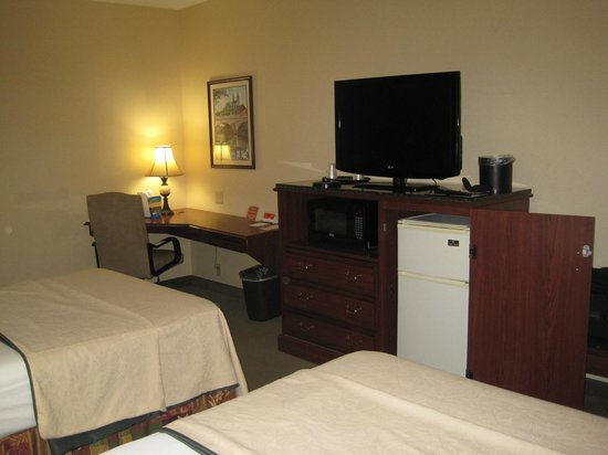 Quality Inn South Bend: Desk area, TV, microwave, refrigerator and suitcase stand