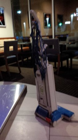Four Points by Sheraton Tallahassee Downtown: Vacuum cleaner in middle of restaurant