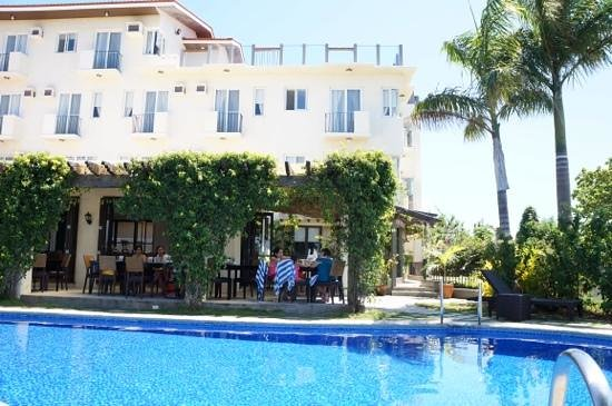 Hotel Soffia Boracay: pool, dining and hotel building