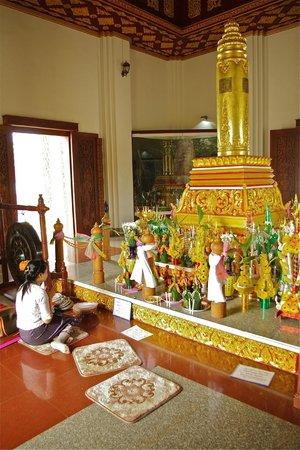 Vientiane City Pillar Shrine: Indoor praying room