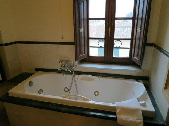 Hotel Palazzo Alexander: Bathtub