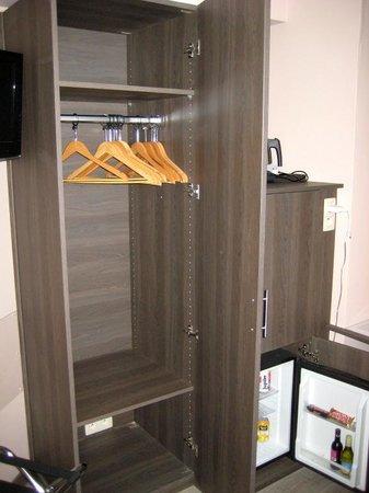 A Fleur de Couette : Wardrobe with plenty of hangers