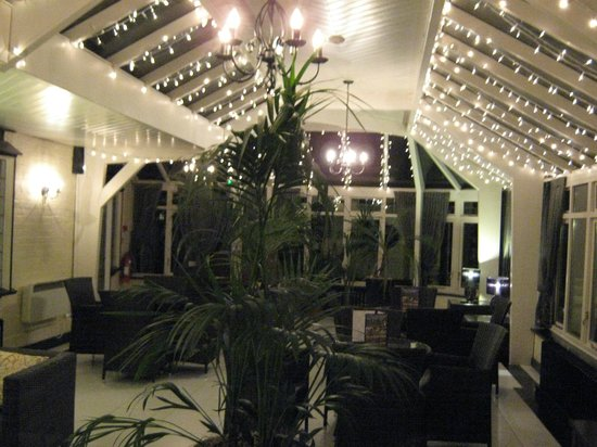 Ghyll Manor Hotel & Restaurant: The Conservatory at night