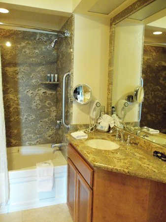 San Luis Bay Inn: large bathroom