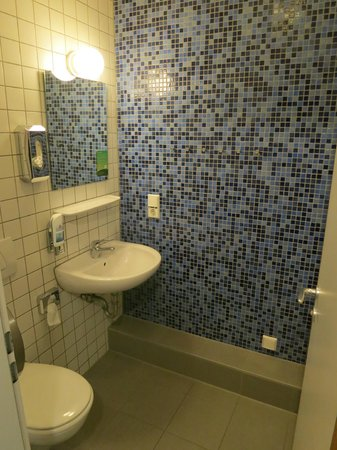 MEININGER Hotel Munich City Center: Ensuite toilet