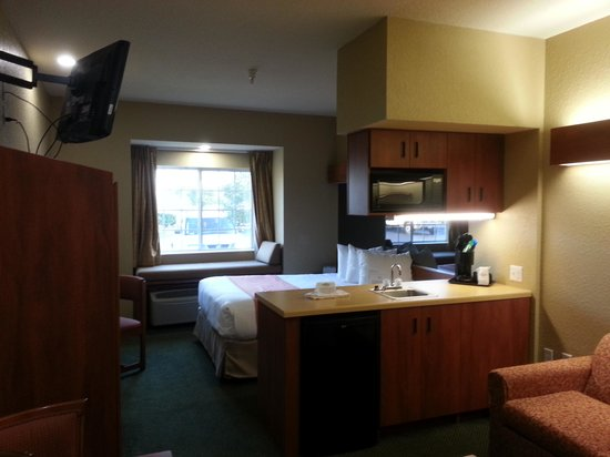 Microtel Inn & Suites by Wyndham Zephyrhills: Queen suite