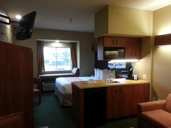 Microtel Inn & Suites by Wyndham Zephyrhills : Queen suite