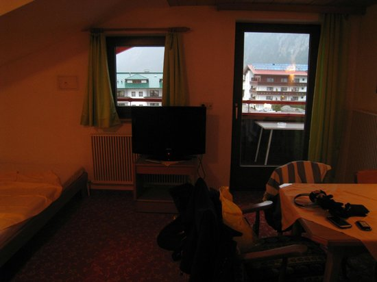 Alpenschlössl Hotel Garni: Family room (top floor)