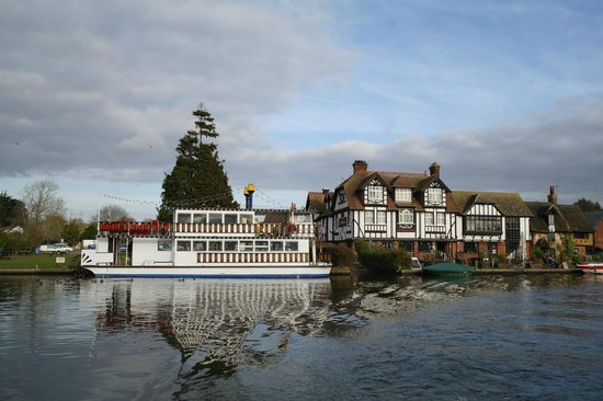 The Swan Inn: Swan and Paddle Steamer