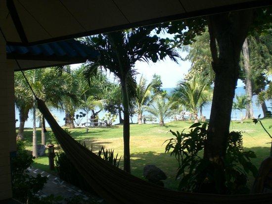 Blue Marine Resort: Vue d'un bungalow situé au milieu de l'allée de bungalow.