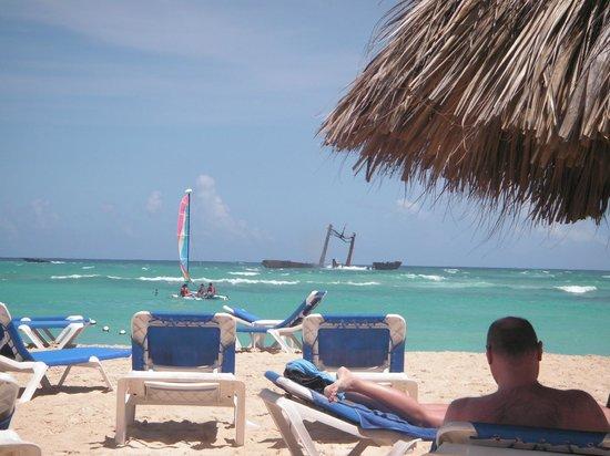 Grand Bahia Principe Punta Cana: Wrak, widok z plaży hotelowej