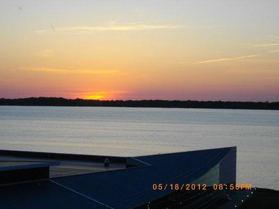 شيراتون إري باي فرنت هوتل: sunset from our room