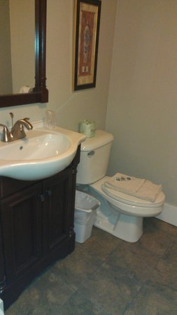Abalonia Inn: The bathroom.