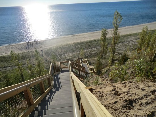 Wayfarer Lodgings: Access to Lake Michigan Beach
